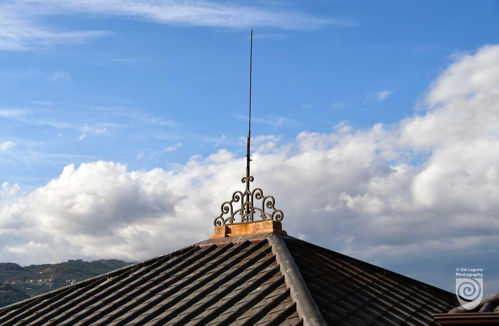 Tegole in rame e un originale parafulmine per il tetto della villa