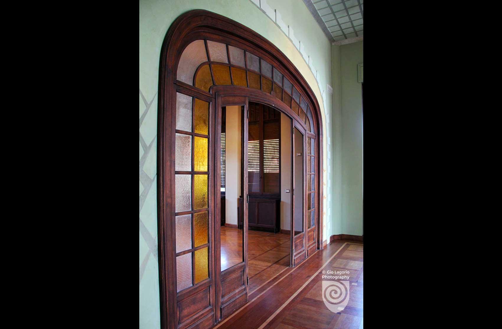 Porta-finestra con vetrata policroma