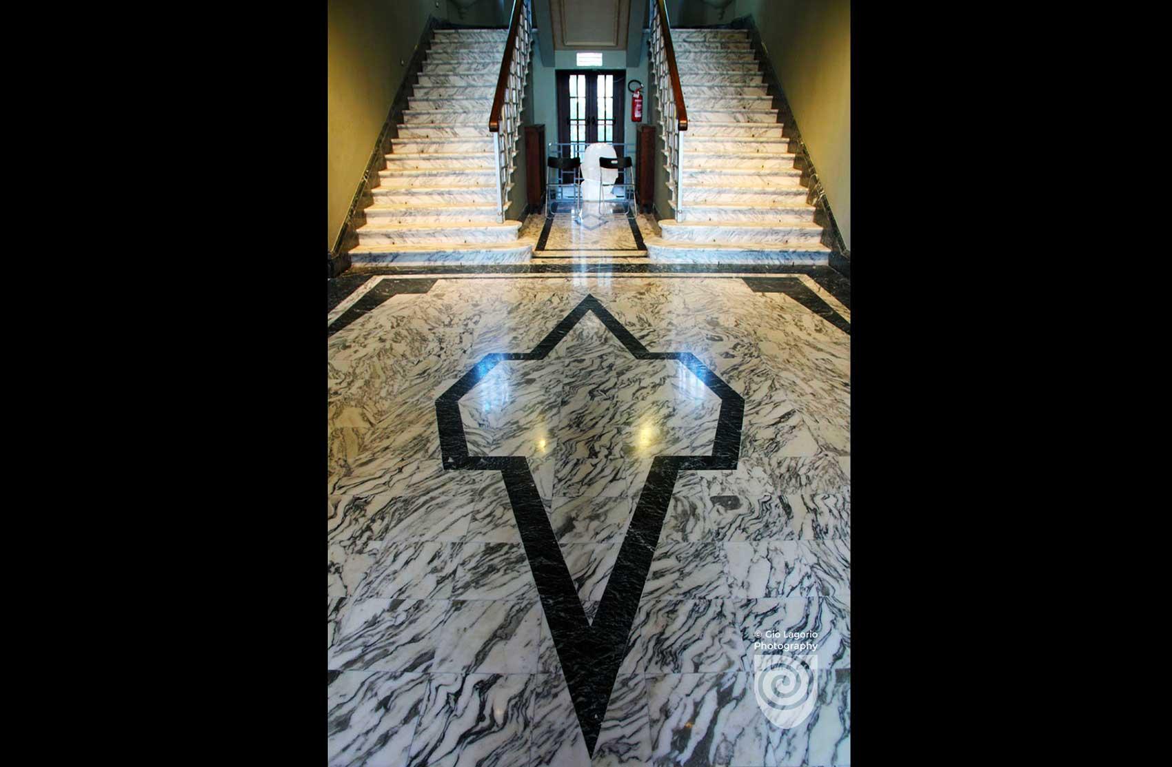 Atrio di accesso alle scale che conducono ai piani superiori della villa