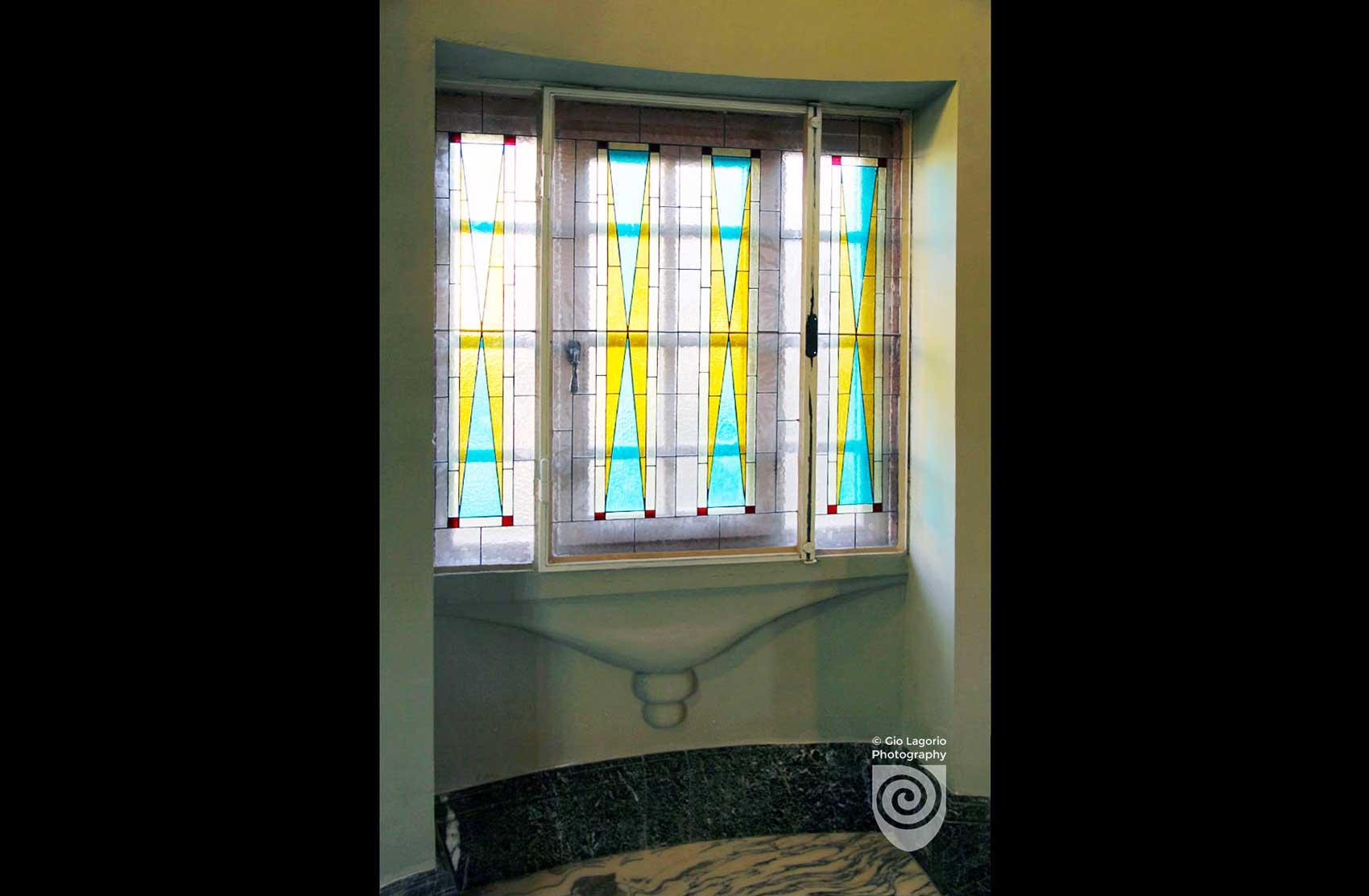Vetrate policrome alle finestre dei pianerottoli