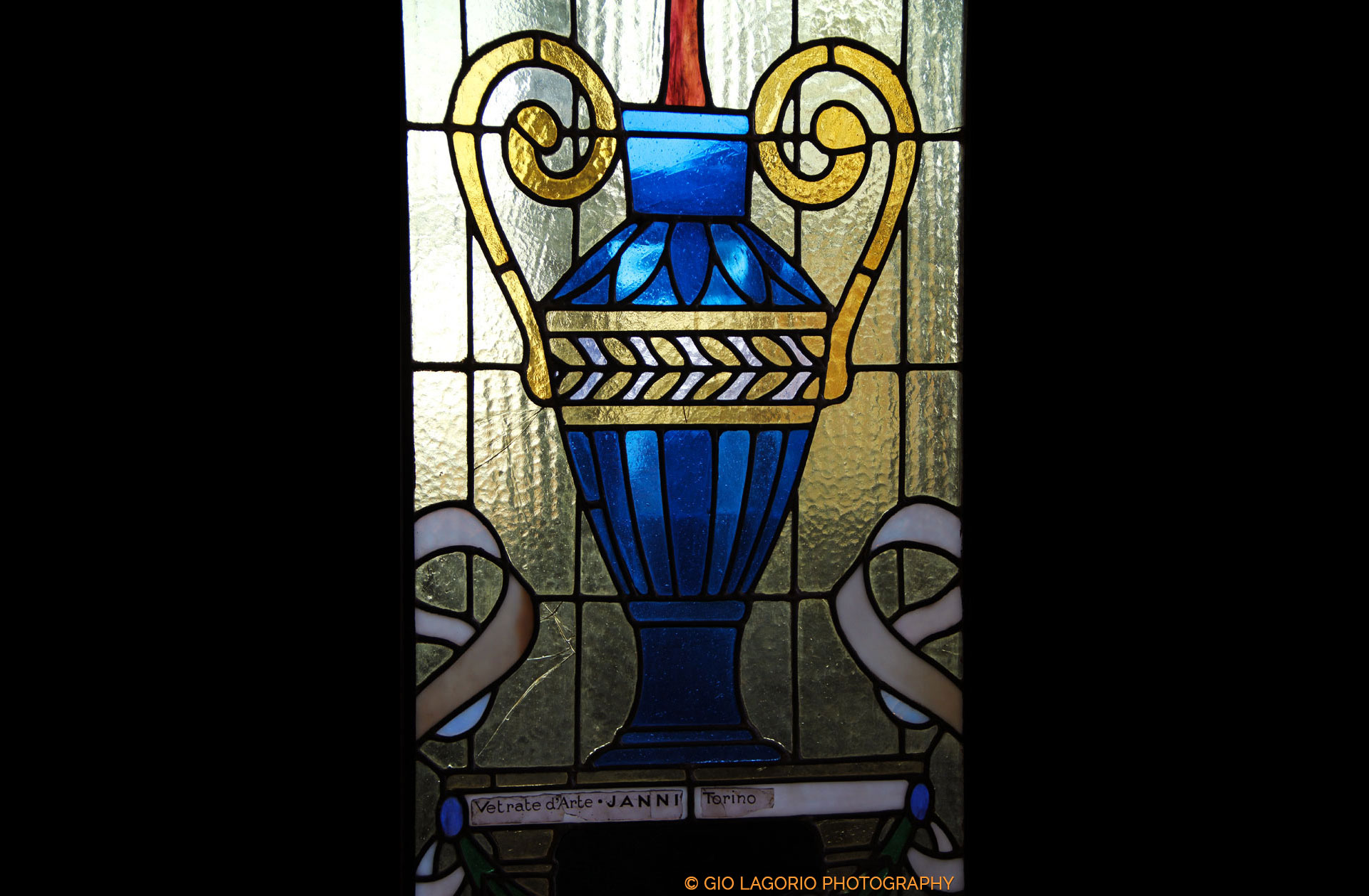 Dettaglio di una vetrata originale esposta nella villa