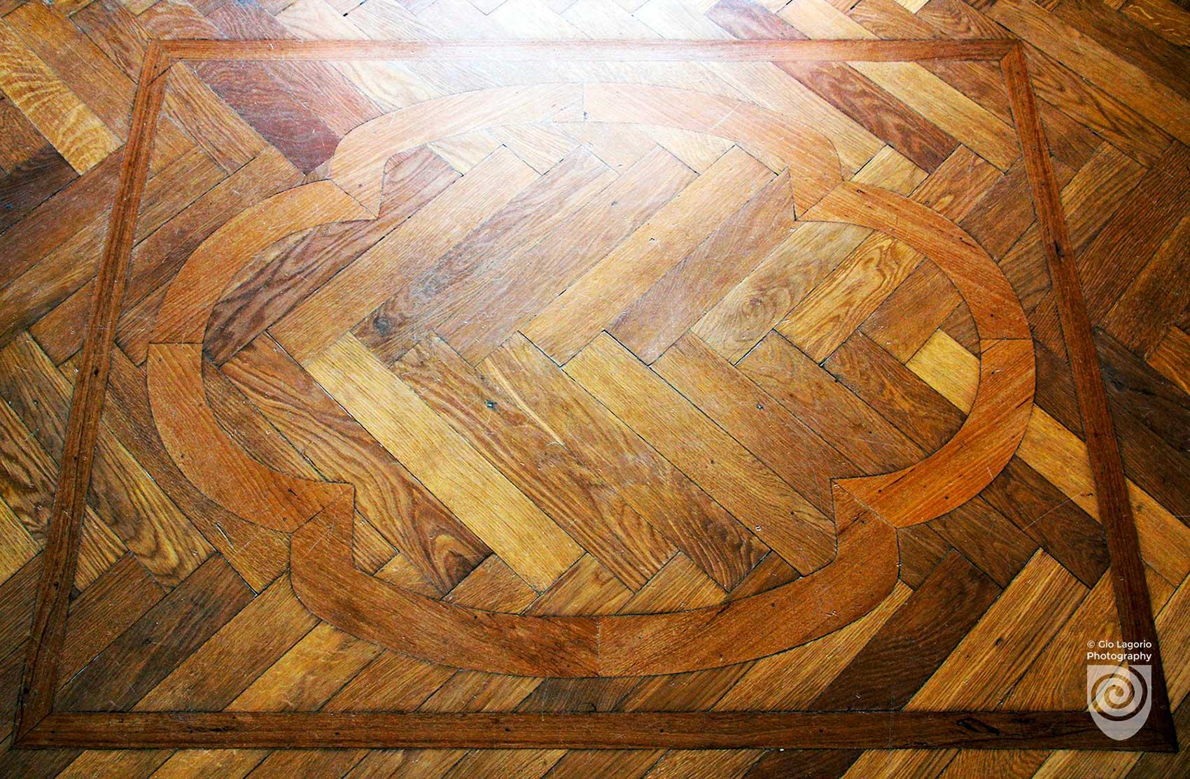 Particolare del parquet a pavimento dell'atrio