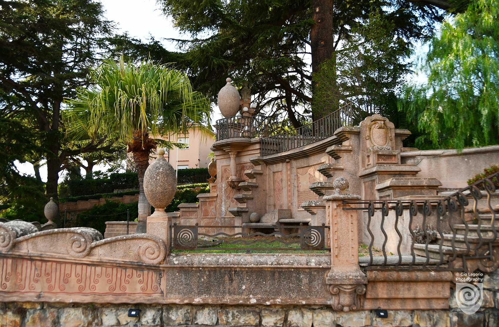 Scalone principale di collegamento tra villa e giardini