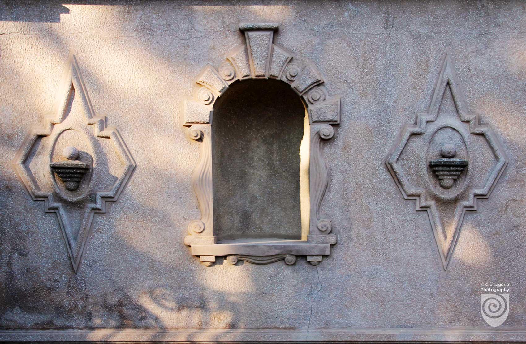 Nicchia e decori sulla parete a fianco dello scalone